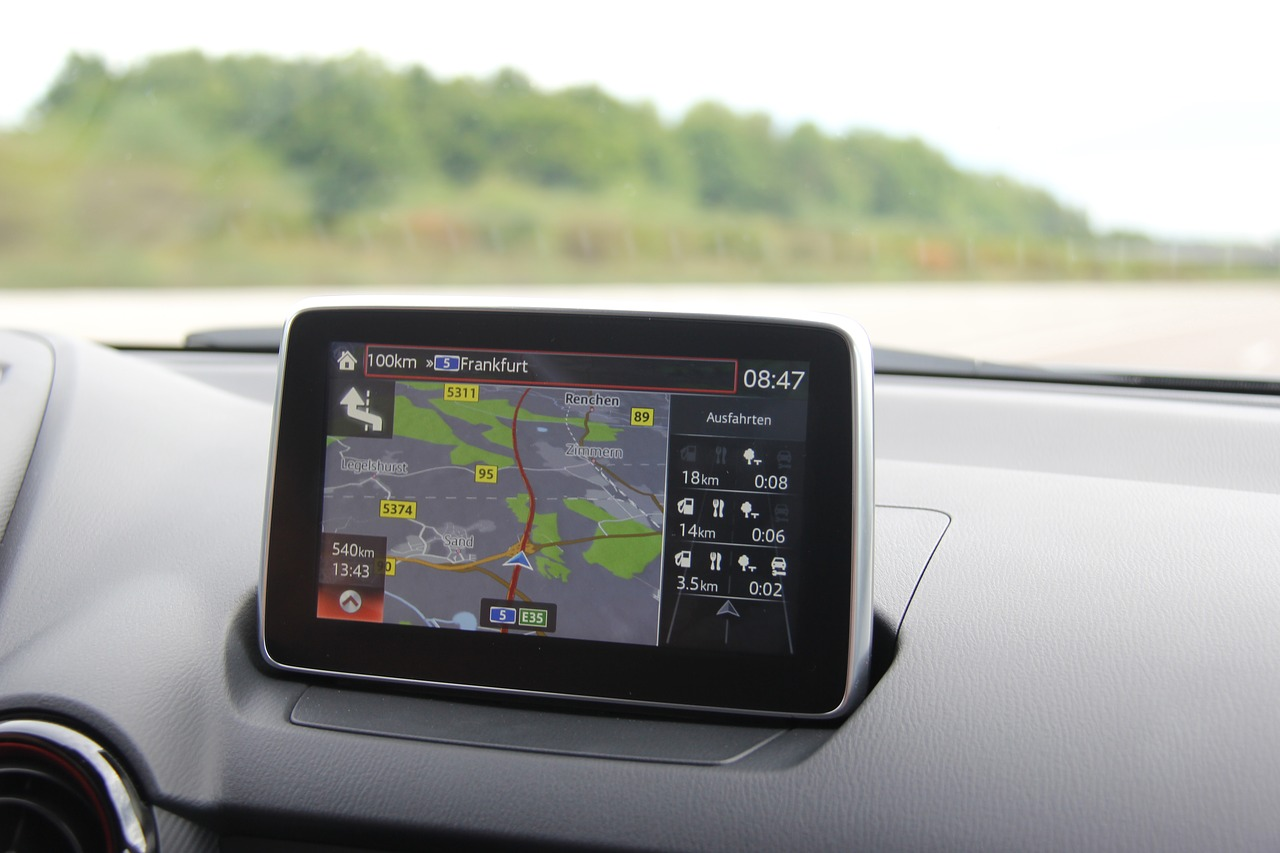Navigácia (Zdroj: https://pixabay.com/sk/auto-technol%C3%B3gie-cestovanie-3086257/)