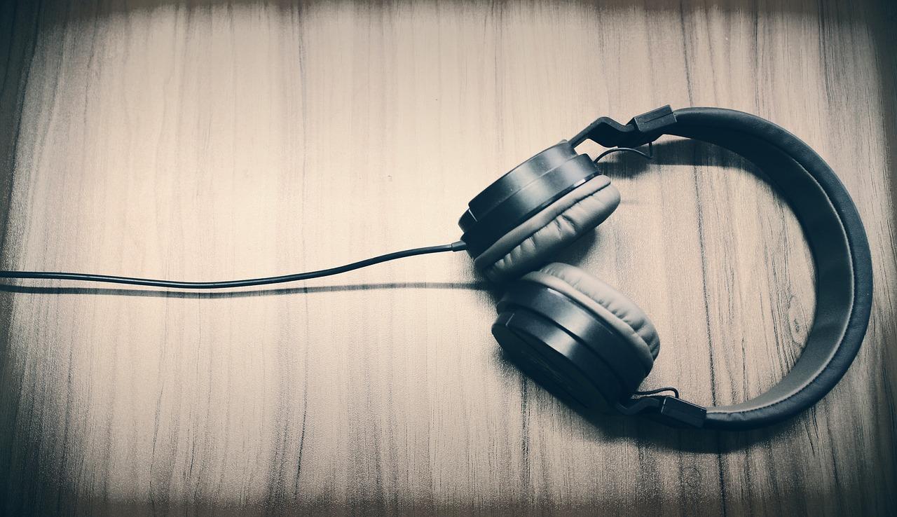Sluchadla (Zdroj: https://pixabay.com/sk/music-sl%C3%BAchadl%C3%A1-titulok-zvuk-2694489/)