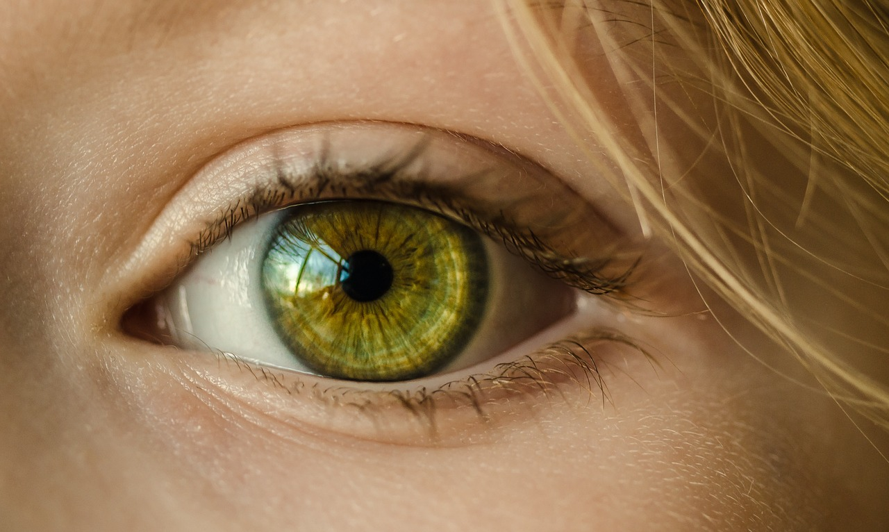 Kontaktné šošovky (Zdroj: https://pixabay.com/en/eye-green-eye-close-up-macro-girl-1132531/)