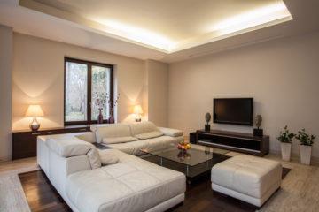 Ako si usporiadať zariadenie obývacej izby, aby ste sa v nej necítili stiesnene?
