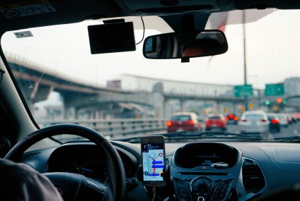 Majte obe ruky na volante vďaka držiaku na mobil