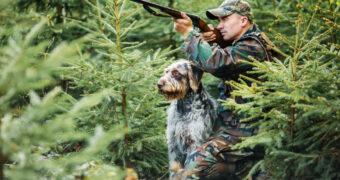 Kvalitné poľovnícke vybavenie, ktoré by mal mať každý poľovník